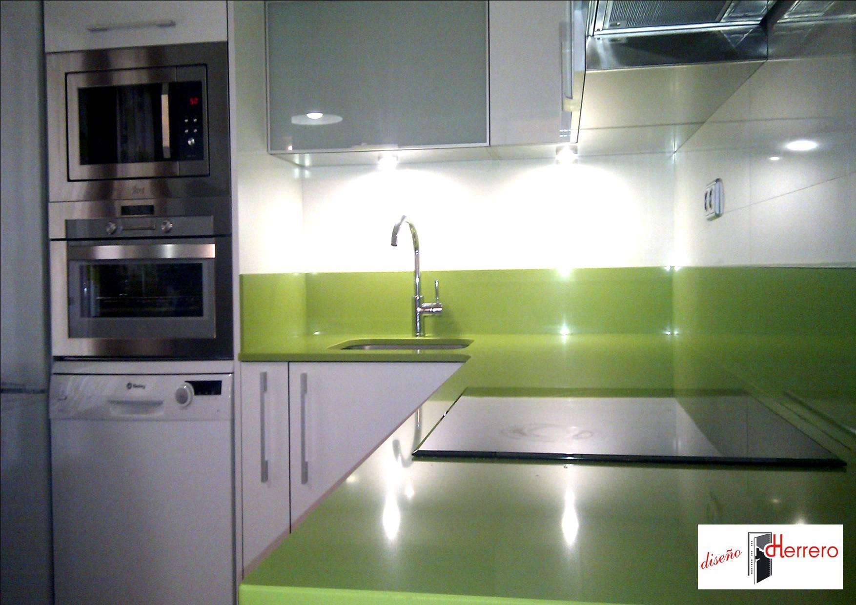 Reforma de cocina en blanco y verde pistacho dise o - Colores de encimeras de silestone ...